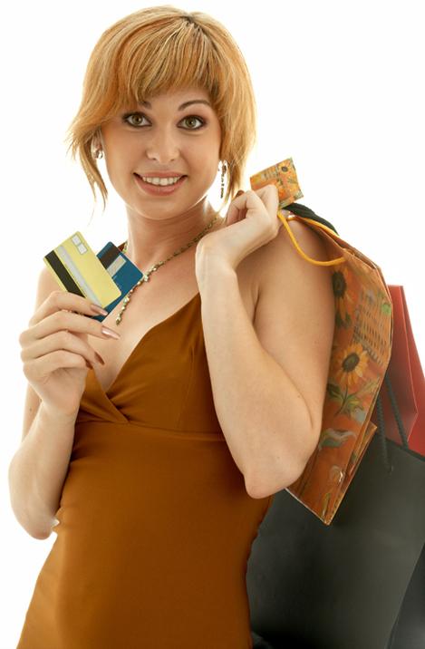 Женщина с покупками одежды известных мировых брендов