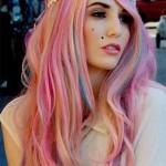 Девушка с разноцветными волосами