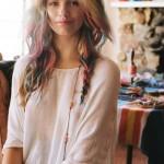 Девушка с разноцветными локонами