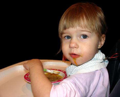 Девочка кушает суп