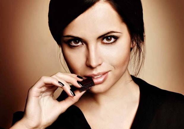 девушка кусает шоколадку