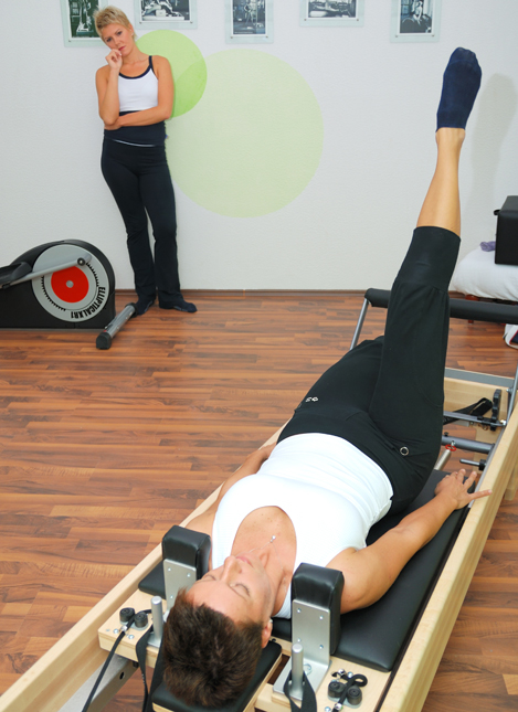 Фото девушки на тренировке в спортзале