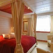 Восточный интерьер спальни: кровать с балдахином